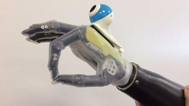 Diseñan una mano protésica que 've' los objetos