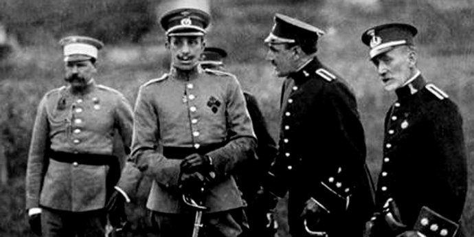 El rey Alfonso XIII con un grupo de oficiales tras el desastre de Annual.
