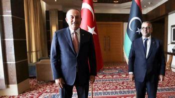 El ministro de Exteriores turco, Mevlut Cavusoglu, con el presidente del Consejo de Estado libio, Khaled Al-Mashri.