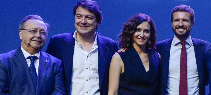 Casado levanta el brazo de Ayuso en el comienzo de la campaña electoral en Madrid.