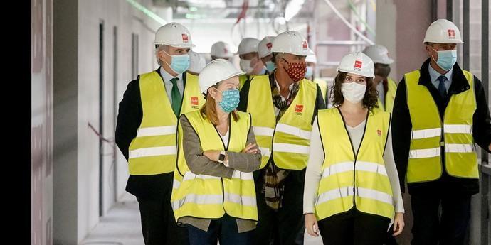 La presidenta Ayuso visita las obras del nuevo hospital de Valdebebas