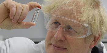 Boris Johnson mostrando la vacuna que ya ha empezado a inyectar a los británicos.