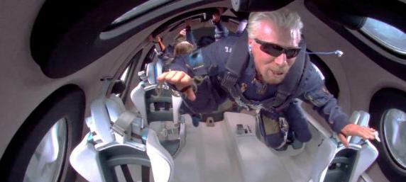 Branson durante su vuelo espacial.