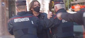 Los ertzainas empujan al periodista.