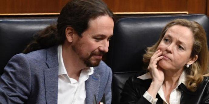 Nadia Calviño escucha a Pablo Iglesias en el Congreso.