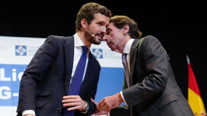 Pablo Casado escucha a José María Aznar.