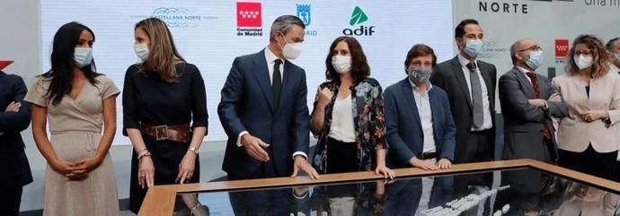 La presidenta madrileña Isabel Díaz Ayuso y el alcalde de Madrid José Luis Martínez Almeida con el director del proyecto en el BBVA, Alvaro Aresti, y la directora general de planificación estratégica de  Adif, María Luisa Domínguez.