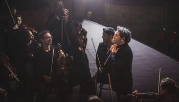 El director de orquesta Gustavo Dudamel en un momento de la grabación de Symphony.