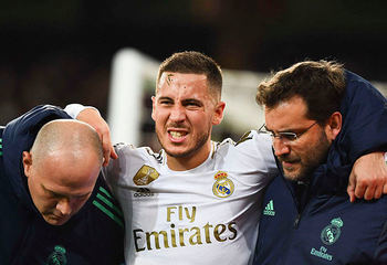 Eden Hazard hace un gesto de dolor durante el partido de fútbol entre el Real Madrid y el París Saint-Germain el 26 de noviembre de 2019