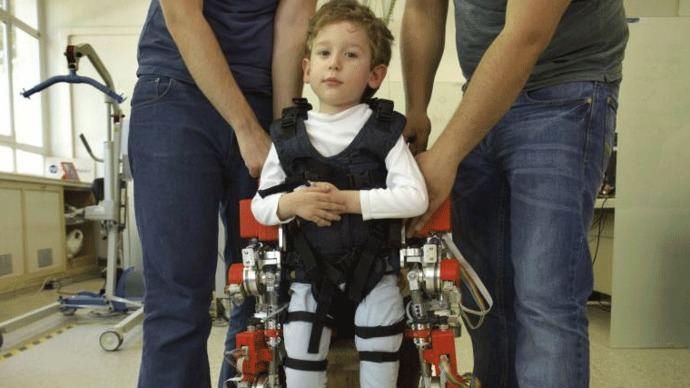 3 niños prueban por 1ª vez en el mundo un exoesqueleto en sus casas