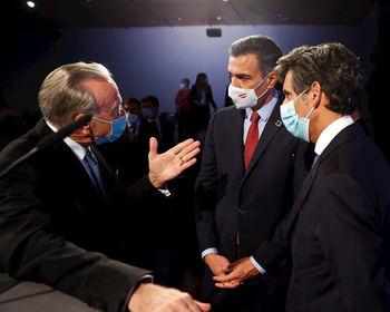 Isidre Fainé habla con pedro Sánchez en presencia del presidente de Telefónica, José María Alvarez Pallete.