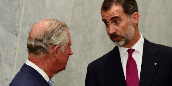 El rey Felipoe VI conversa con Carlos de Inglaterra.
