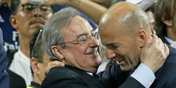 Florentino Pérez abraza a Zidane.