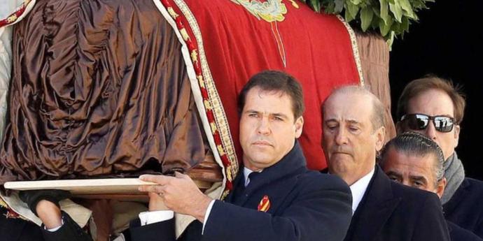Traslado de los restos del dictador del Valle de los Caídos al cementerio de Mingorrubio en El Pardo madrileño.