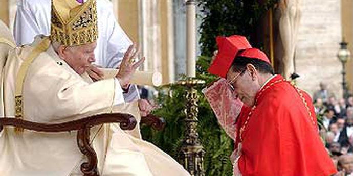 El cardenal Julián Herranz se arrodilla ante el Papa Juan Pablo II.