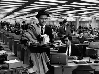El actor Jack Lemmon como oficinista en una escena de El Apartamento