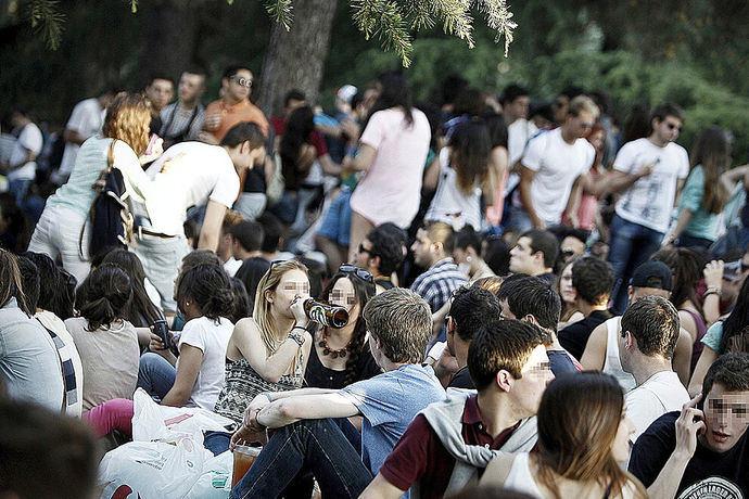 Jóvenes haciendo botellón en la Universiddad Complutense de Madrid.