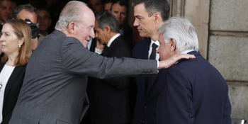 El rey Juan Carlos saluda a Felipe González en presencia de Pedro Sánchez durante el funeral por Rubalcaba.