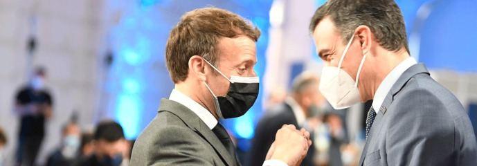 Emmanuel Macron y Pedro Sámchez en la cumbre de social de Oporto.