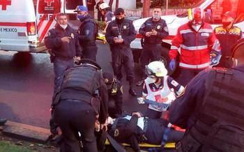 Momento en que los servicios sanitarios se disponen a llevarse al herido.