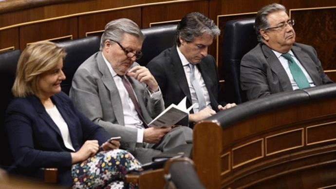 Los ministros de Rajoy `pasan´de moción de censura: Leen un libro o miran el móvil