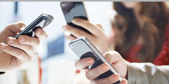 Jóvenes y adultos se acusan mutuamente de un mal uso de las redes sociales