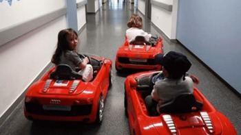 Los niños irán al quirófano en coches eléctricos en los hospitales madrileños