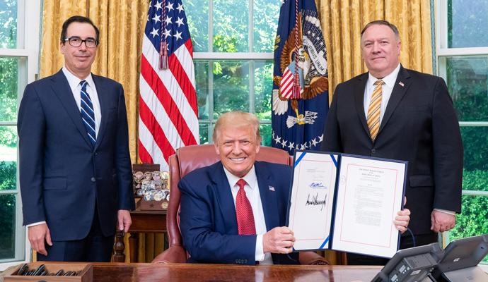 Donald Trump firma la Ley de Autonomía de Hong Kong con los secretarios del Tesoro, Steve Mnuchin, y el de Estado, Mike Pompeo.