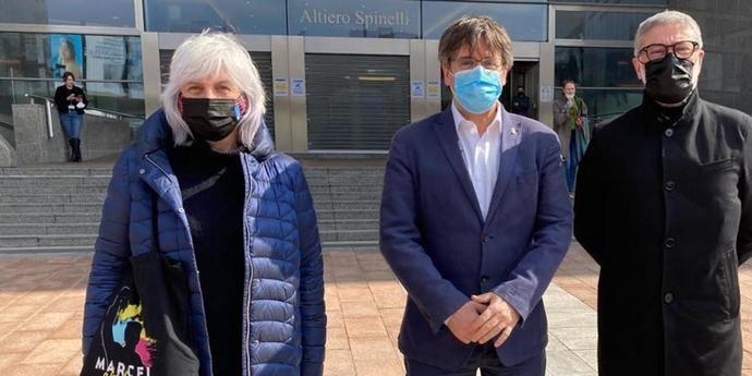 Puigdemont, entre Dolors Sabater y Carles Riera, los dirigentes de la CUP.
