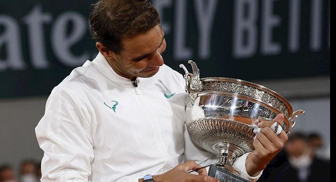 Rafa Nadal con su nueva Copa de Roland Garros.