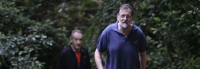 Rajoy, de caminata en Ribadumia (Galicia), no vota en las primarias