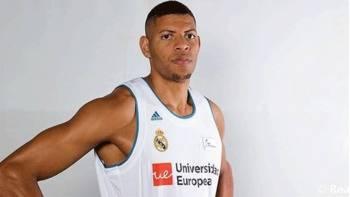 Tavares, el gigante de 2,20 metros, ficha por el Real Madrid hasta 2020