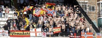 La RFEF expedienta al Rayo por las banderas racistas y xenófobas del Atleti
