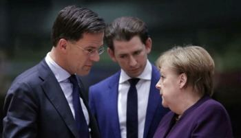 Los primeros ministros de Holanda y Austria, Mark Rutte y Sebastian Kurz, con la canciller alemana, Angela Merkel, en Bruselas.
