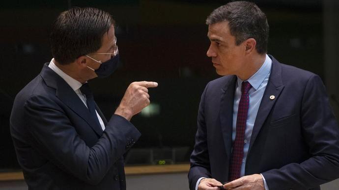 El perimer ministro holandés Mark Rutte habla con Pedro Sánchez