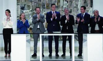 Pedro Sánchez, Pablo iglesias, Nadia Calviño y Yolanda Díaz aplauden junto a los líderes sindicales y empresariales las medidas acordadas para luchar contra la crisis provocada por el confinamiento frente al Covid19