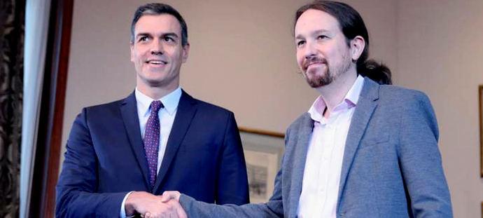 El abrazo que se dieron Pablo Iglesias y Pedro Sánchez tras firmar el acuerdo de gobierno.