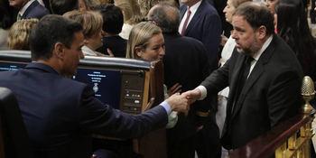 Oriol Junqueras saluda a Pedro Sánchez en la reapertura de las Cortes en junio de 2019.
