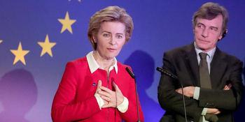 El presidente del parlamento Europeo escucha a la líder de la Comisión Europea, Ursula von der Leyen