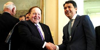 Sheldon Adelson y el entonces presidente madrileño Ignacio González.