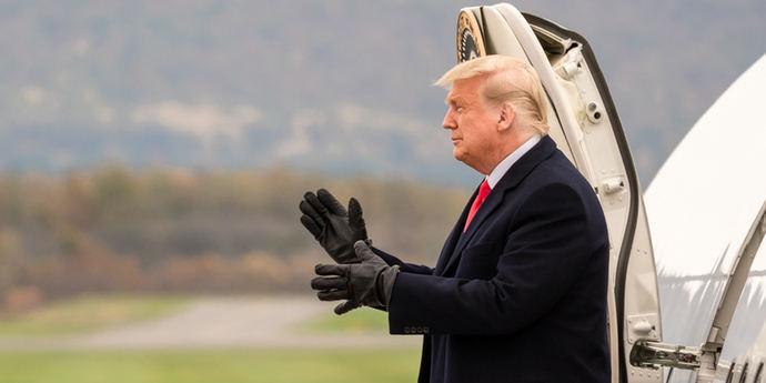 El todavía presidente Donald Trump bajando del Air Force One.