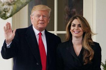 El presidente Trump con su asesora Hope Kicks.